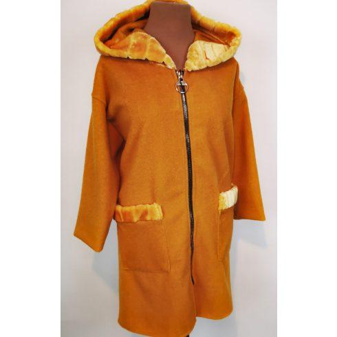 Egyszínű, nyaknál és zsebnél műszőrme díszesítéses, kapucnis, cipzáras, átmeneti polár kabát