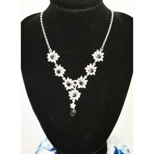Ezüstszürke színű,  állítható  hosszúságú lánc , strasszos, fekete színű köves díszítésű medállal