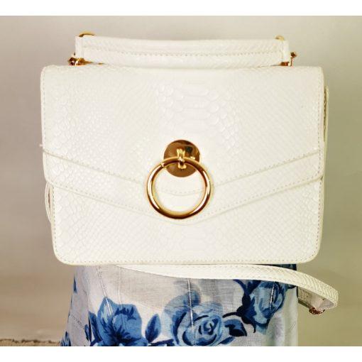 Patentos záródású, egy rekeszes, matt fényű, fehér színű, vállra akasztható  alkalmi  kézi táska