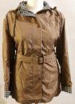 Világos barna alapszínű, levehető kapucnis, dupla záródású, zsebes, öves, dupla anyagú, selyem béléses, karcsúsított, átmeneti dzseki