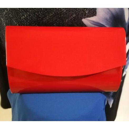 Patentos záródású, egy rekeszes, hosszú pánttal is használható, piros színű, magas fényű, alkalmi kézi táska