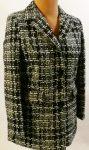 Fekete-fehér mintájú, zsebes, selyem béléses, kihajtós nyakú, elől gombos, kellemes, puha anyagú, 3/4-es átmeneti kabát