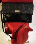 Egy rekeszes, magas fényű, felső része enyhén csillogó, kézi és vállszíjjal ellátott alkalmi  kézi táska