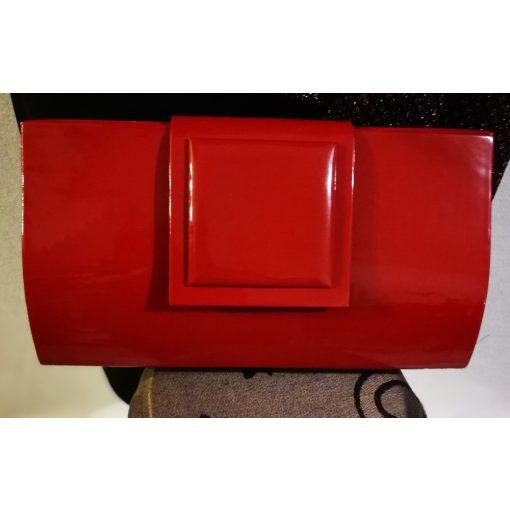 Egyszínű bordó, egy rekeszes, patentos záródású, hosszú pánttal is használható alkalmi kézi táska