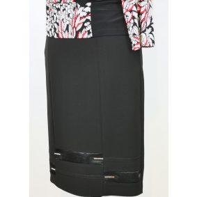 Gumis derekú, elől hátul piros alapszínű, alsó része szürke fekete színű mintával díszített, selyembéléses, hátul felsliccelt, rugalmas, pamutos