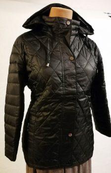 Levehető kapucnis, zsebes, dupla záródású, karcsúsított, elől-hátul steppelt mintás, átmeneti dzseki