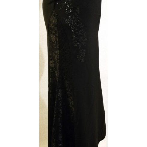 Gyönyörű, fekete színű, kétoldalt csipke rátéttel, enyhén csillogó virágmintával díszített, derekánál gombos, cipzáras, maxi, selymes, rugalmas anyagú alkalmi szoknya