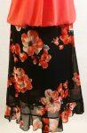 Gumis derekú, sötétkék alapon  piros-fehér virág mintával díszített, dupla anyagú muszlin  szoknya, alján saját anyagú fodorral